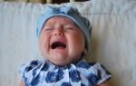 Ребенок плачет во время кормления грудным молоком